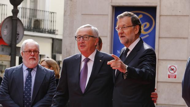 El comisario de Energía, Miguel Ángel Arias Cañete, junto al presidente de la Comisión Europea, Jean-Claude Juncker, y el presidente del Gobierno, Mariano Rajoy