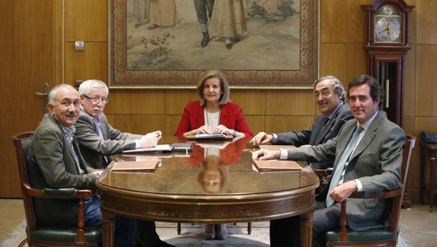 Fátima Báñez se ha reunido esta semana con los agentes sociales para evaluar el impacto de la sentencia del TJUE