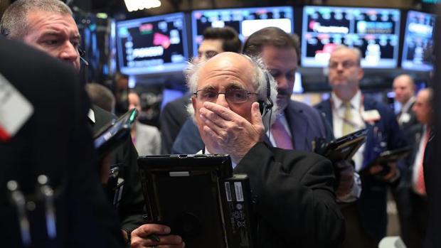 Agentes de Bolsa observan los resultados en la bolsa de Nueva York