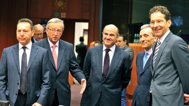 El ministro de Economía, Luis de Guindos (centro) junto a otros dirigentes del Eurogrupo y la Comisión Europea