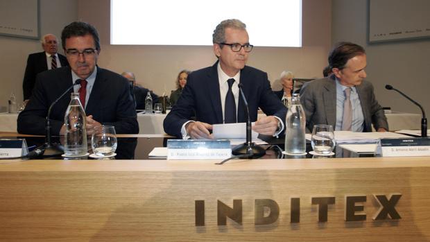 El presidente del Grupo Inditex, Pablo Isla (c), el vicepresidente, José Arnau (i), y el secretario general y del Consejo de la compañía, Antonio Abril (d)