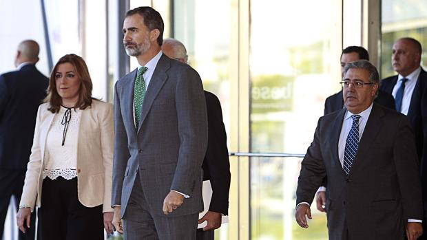 El Rey Don Felipe, entre Susana Díaz y el ministro del Interior, Juan Ignacio Zoido