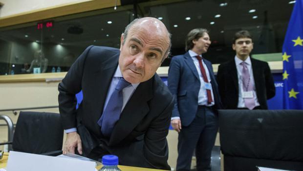El ministro de Economía español, Luis de Guindos durante su defensa de las medidas tomadas por el país para corregir el déficit ante el Parlamento Europeo en Bruselas