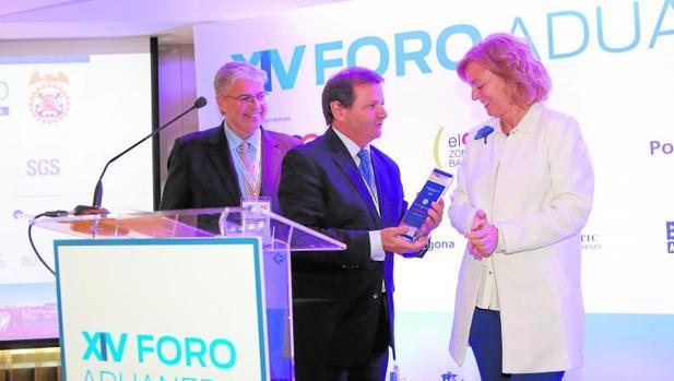 Catalina Luca de Tena y el delegado especial del Estado en la Zona Franca de Barcelona, Jordi Cornet, entregan el Premio de Comercio Exterior a Antonio Llobet, presidente del Consejo General de Agentes de Aduanas de España