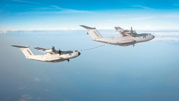 Dos A400M ensayan el reabastecimiento de combustible en vuelo
