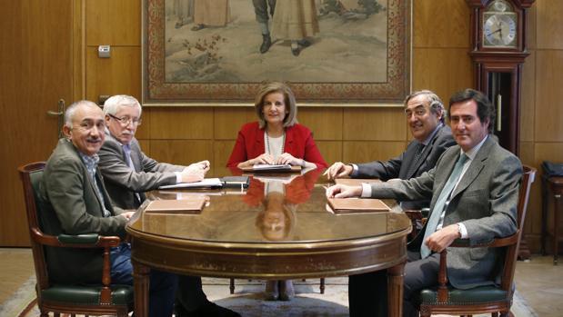 Los agentes sociales en una reciente reunión con la ministra de Empleo