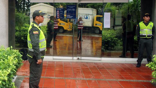 Autoridades colombianas en la puerta de Electricaribe en Barranquilla
