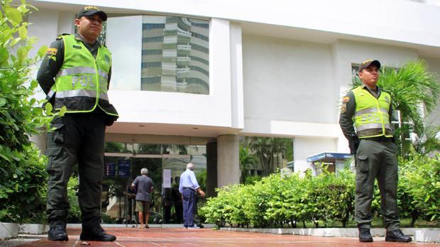 Policías vigilan la sede de Electricaribe en la ciudad de Barranquilla