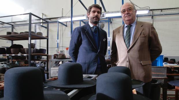 Miguel García Gutiérrez y Enrique Fernández Haya, en la fábrica de sombreros de Isesa