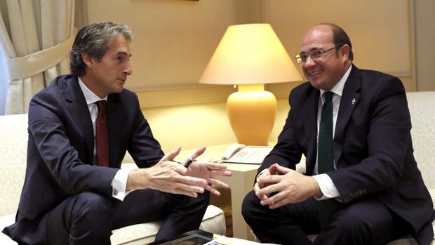 El ministro de Fomento, Íñigo de la Serna (i), en una reunión con el presidente de Murcia, Pedro Antonio Sánchez