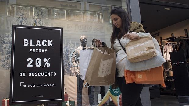 Una consumidora, en pleno «Black Friday» de 2015