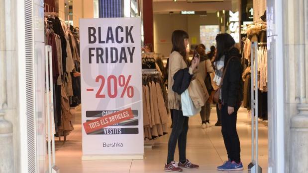 Algunos consumidores aprovechan el Black Friday para realizar sus compras navideñas