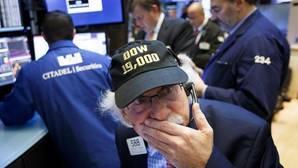 Uno de los operadores de Wall Street con una gorra conmemorativa