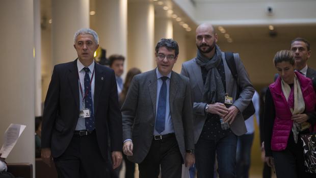El nuevo ministro de Energía, Álvaro Nadal, a su llegada al Senado