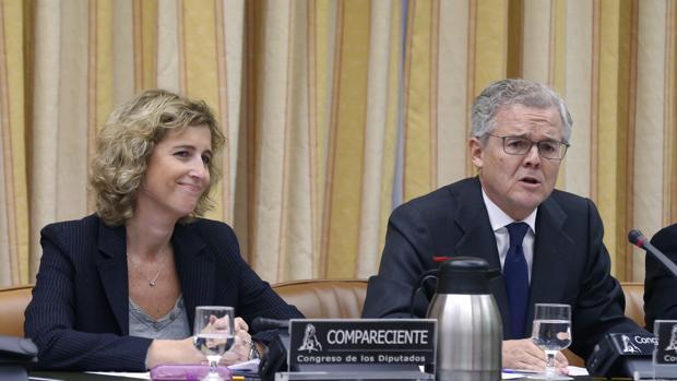 El candidato propuesto por el Gobierno como nuevo presidente de la Comisión Nacional del Mercado de Valores (CNMV), Sebastián Albella (d), y la candidata a la vicepresidencia, Ana María Martínez-Pina (i)