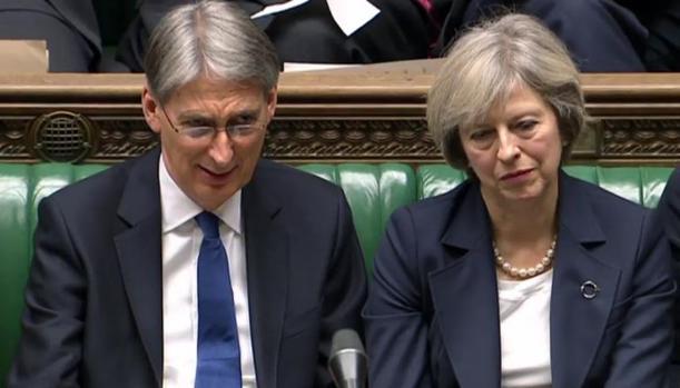 El ministro de Economía, Philip Hammond, y la primera minsitra británica, Theresa May