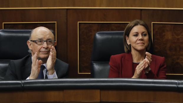 El ministro de Hacienda, Cristóbal Montoro, junto a la de Defensa, María Dolóres de Cospedal