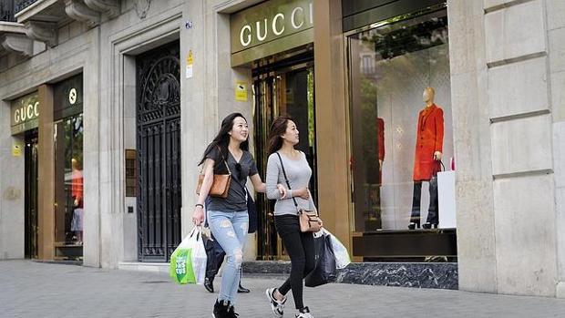 Los chinos ya compran el 30% de los productos de lujo que se venden en todo el mundo