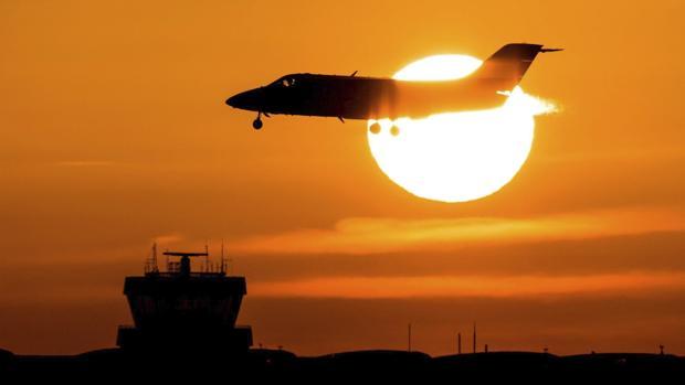 Un avión aterriza al amanecer en el aeropuerto de Düsseldorf, en Alemania