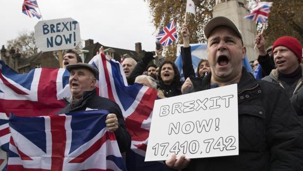 Cientos de personas se manifiestan demandando que se acelere el proceso del brexit en el Old Palace Yard en Londres, Reino Unido