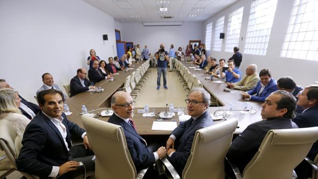 El ministro de Hacienda, Cristóbal Montoro, en una reunión con empresarios en Córdoba