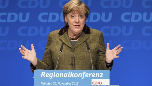La canciller alemana, Angela Merkel, ofrece un discurso durante una sesión de su grupo parlamentario, la Unión Cristianodemócrata (CDU) en Münster, Alemania