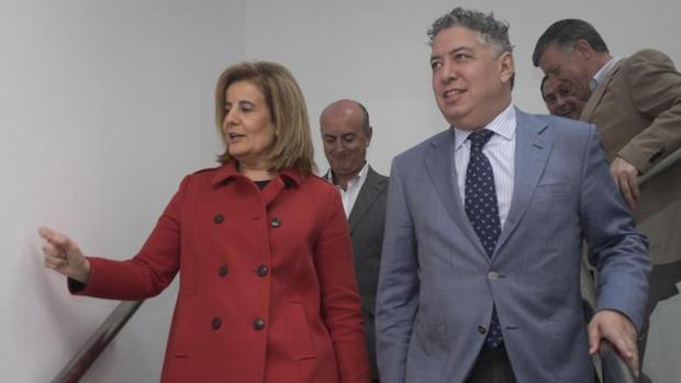 La ministra de Empleo Fátima BáñeZ (i) y el secretario de Estado de la Seguridad Social, Tomás Burgos,