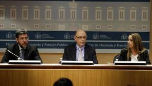 - El ministro de Hacienda, Cristóbal Montoro (c), junto al secretario de Estado de Presupuestos y Gastos, Alberto Nadal (i), y la secretaria de Estado de Función Pública, Elena Collado (d)