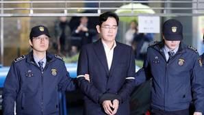 El heredero de Samsung es custodiado por agentes
