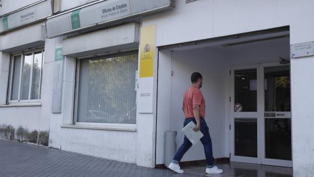 El paro baja en personas en andaluc a en abril for Oficina de empleo cadiz