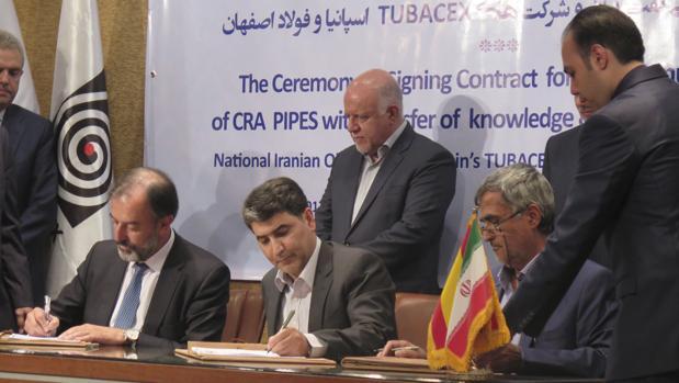 El vicepresidente de ventas y marketing de Tubacex, Anton Azlor, a la izquierda, durante la firma del contrato