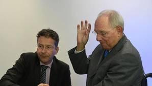El ministro de Finanzas holandés y presidente del Eurogrupo, Jeroen Dijsselbloem conversaciones con el ministro de Finanzas alemán, Wolfgang Schaeuble