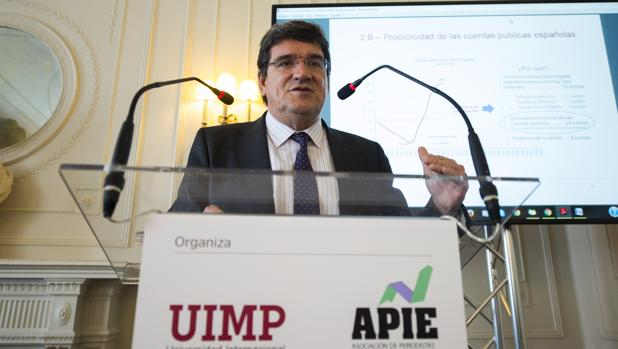José Luis Escrivá, presidente de la Airef, durante un curso impartido en Santander
