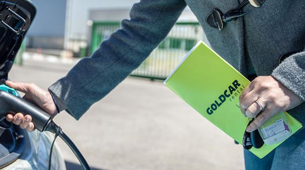 Un cliente de Goldcar repostando