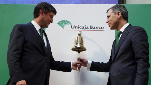 El CEO de Unicaja Banco, Enrique Sánchez del Villar (i), y el director general financiero, Pablo González