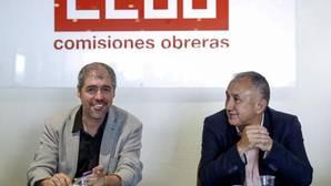 El secretario general de CCOO, Unai Sordo (i) y su homólogo en la UGT, Pepe Álvarez
