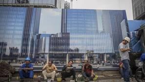 Obreros trabajando en edificios en construcción en el distrito financiero de Pekín (China)