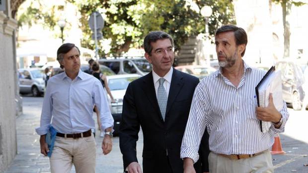 Dos de los hijos de Ruiz-Mateos y asu abogado a su llegada a la Audiencia Provincial de Baleares