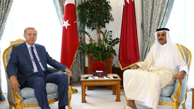 El presidente de Turquía Recep Tayyip Erdogan (izda) junto al emir de Qatar Sheikh Tamim Bin Hamad Al-Thani