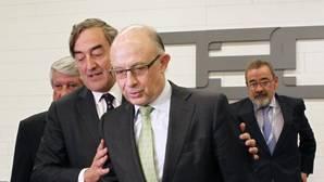 El presidente de CEOE, Juan Rosell, junto al ministro de Hacienda, Cristóbal Montoro
