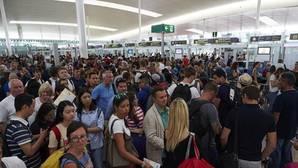 Sindicatos de El Prat: «Las colas (en el aeropuerto) tienen que estar»