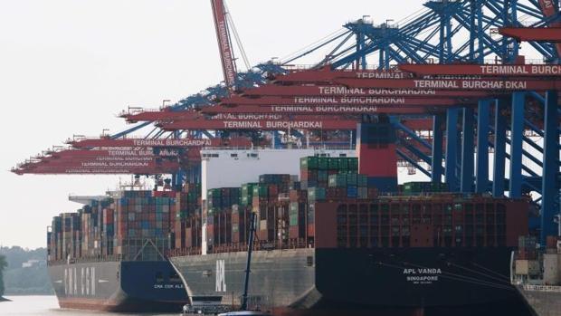 Barcos con contenedores en Alemania