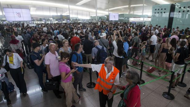 Las colas para acceder al control de seguridad del Aeropuerto de Barcelona-El Prat