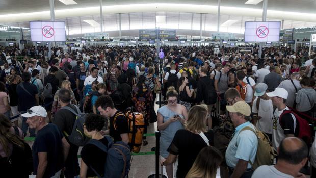 Las colas para acceder al control de seguridad del Aeropuerto de Barcelona El Prat ayer