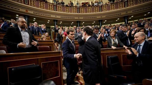 Rivera y Rajoy dándose la mano en el Parlamento