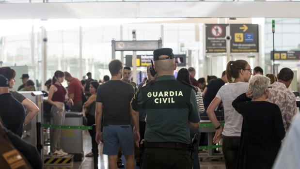 Agentes de la Guardia Civil en El Prat