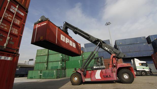 Movimiento de contenedores en la terminal que gestiona OPDR en el Puerto de Sevilla
