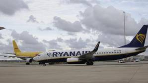 Avioón de Ryanair en el aeropuerto de Sevilla