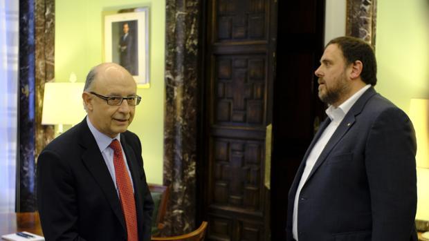 El ministro de Hacienda, Cristóbal Montoro, junto al vicepresidente de la Generalitat, Oriol Junqueras
