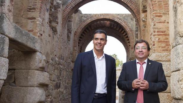 El secretario general del PSOE Pedro Sánchez (i) y el presidente de Extremadura Guillermo Fernández Vara,